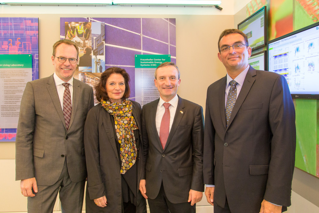 From left to right: Dr. Stephan Keller; Helga Stulgies; Düsseldorf Mayor Thomas Geisel; and Fraunhofer CSE Director Dr. Christian Höpfner.
